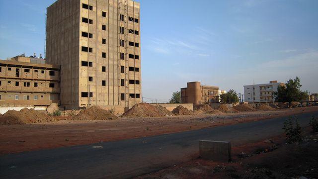 Ouagadougou, immeuble en construction [Cosmopolis]