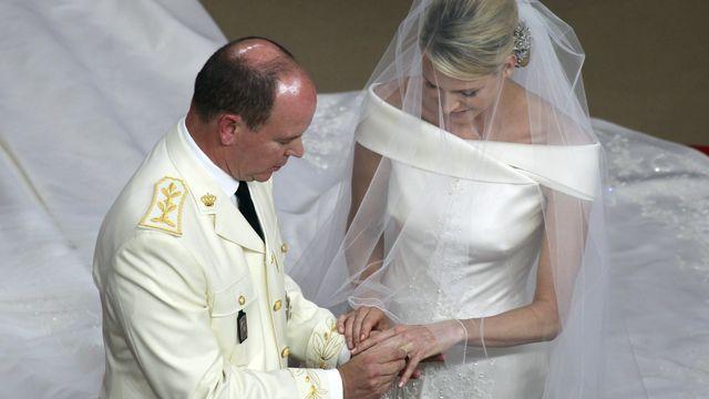 Le prince Albert passe la bague au doit à son épouse [Eric Gaillard  - Reuters]