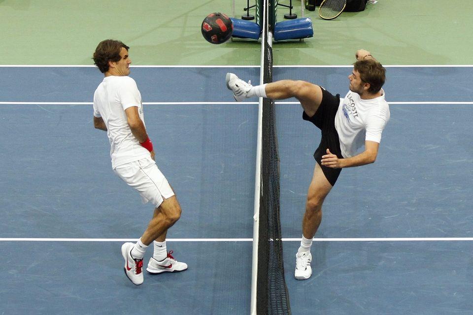 "Wawrinka a franchi la ligne jeudi matin dans un duel de ""football-tennis"" contre Federer. [Peter Klaunzer - Keystone]"