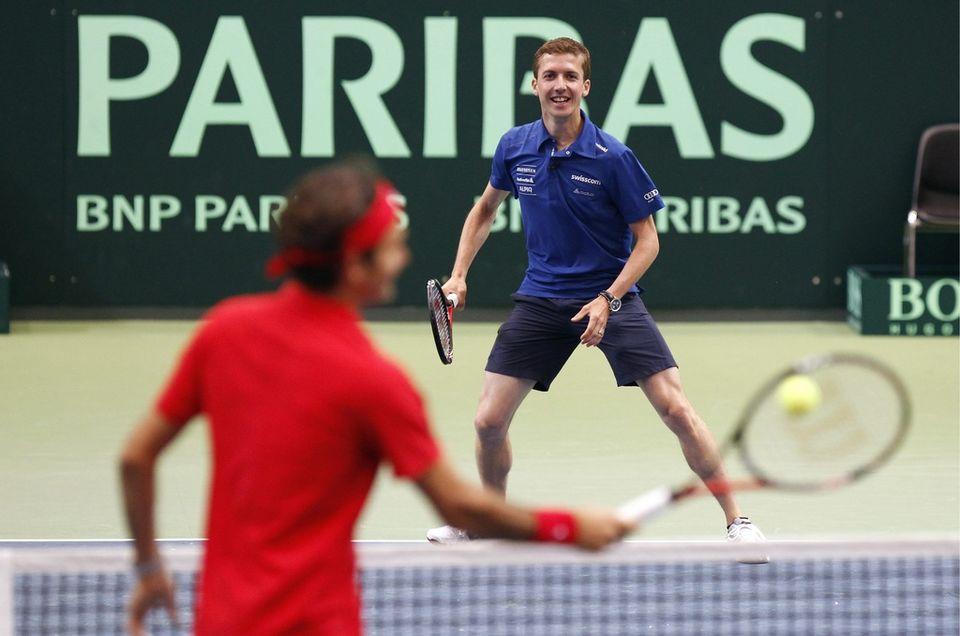 """Roger Federer a eu un """"sparring partner"""" de marque à l'entraînement en la personne du quadruple champion olympique Simon Ammann. [Keystone]"""