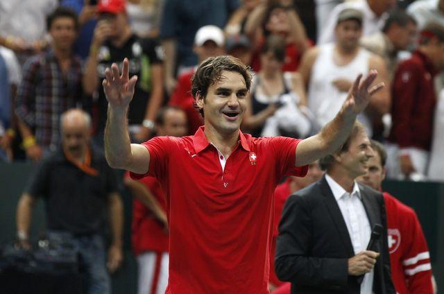 Roger Federer savoure sa victoire avec les fans de la BernArena. [PETER KLAUNZER  - Keystone]