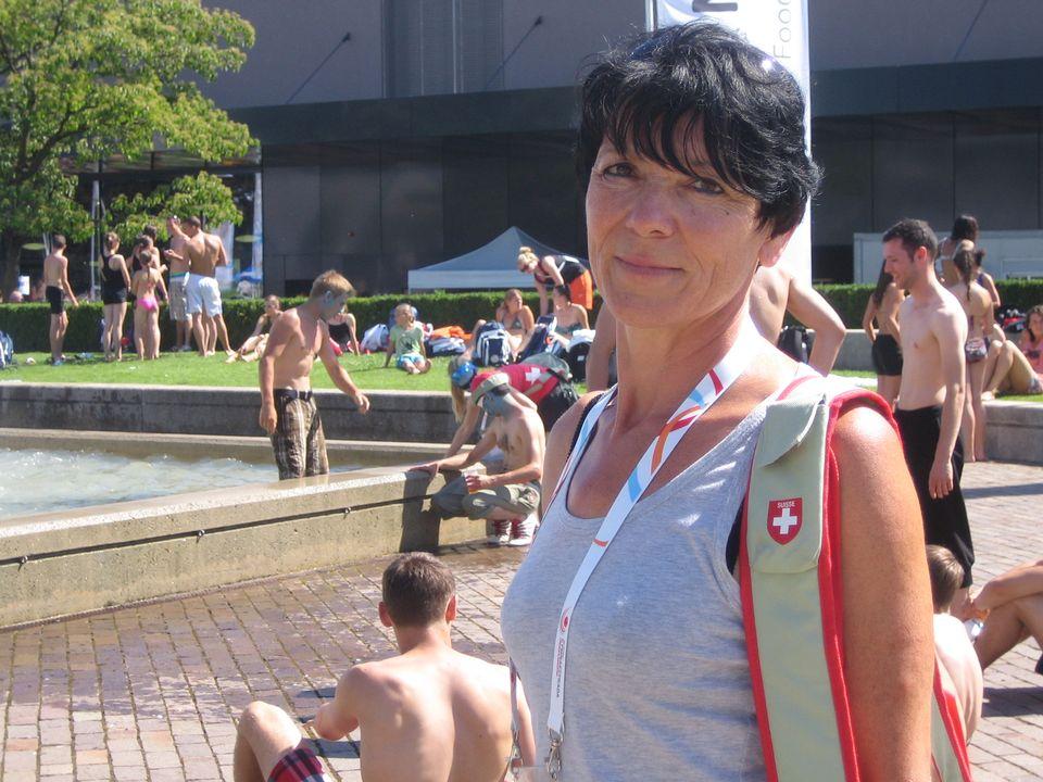 Patricia Hediger se promène sur le site de Beaulieu, avec le sac officiel de la délégation helvétique. [Daniel Burkhalter - RTS]