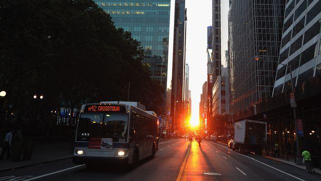 A Manhattan, le phénomène a lieu avant et après les solstices, au moment où le soleil embrase toutes les perspectives qui s'offrent au bout des rues construites d'Est en Ouest.  [Michael Loccisano - Getty Images]