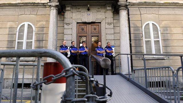 Des policiers gardaient l'entrée du Tribunal Pénal Fédéral (TPF), mercredi 20 juillet. [Karl Mathis - Keystone]