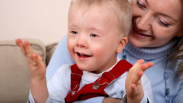 Mère tenant un enfant handicapé. [Tomasz Markowski - Fotolia]