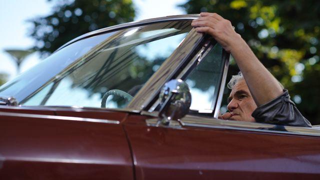 A Locarno, le réalisateur Abel Ferrara au volant de la Cadillac de l'émission Tapage nocturne. [Eddy Mottaz - RTS]