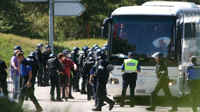 Les supporters servettiens sont contrôlés puis escortés jusqu'au stade pat la police valaisanne. [Police cantonale valaisanne]