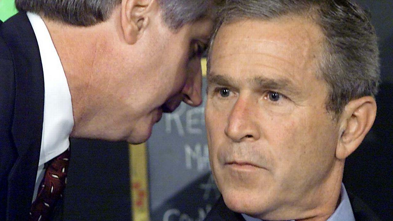 Le jour des attentats, le président George W. Bush effectue une lecture dans une école en Floride. Il est discrètement informé des attaques sur le World Trade Center. [Paul J. RICHARDS - AFP]