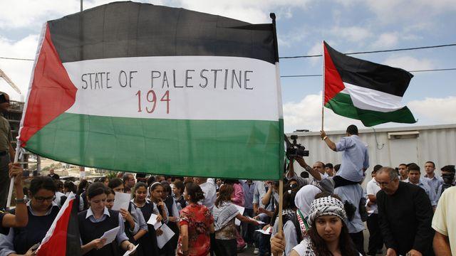 Les Palestiniens (ici à Ramallah) soutiennent la démarche de Mahmoud Abbas, accueilli en héros à son retour de New York. [Majdi Mohammed - Keystone]