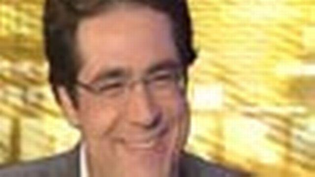 Darius Rochebin dans le rôle de l'interviewé sur le plateau de Vu à la télé.