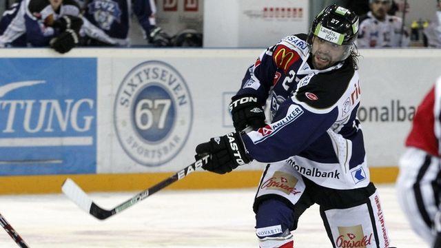 Holden a marqué un but pour son retour au jeu samedi, lors du succès de Zoug 3-2 face à Lugano. [Alessandro Della Bella - Keystone]