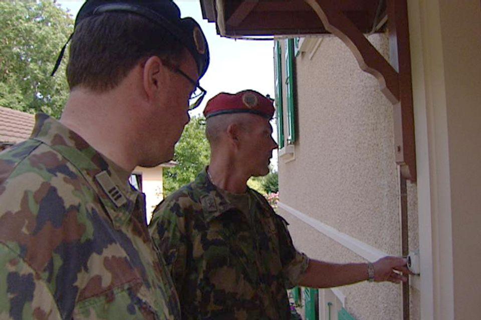 L'armée doit régulièrement annoncée le décès d'un proche à sa famille. [RTS]