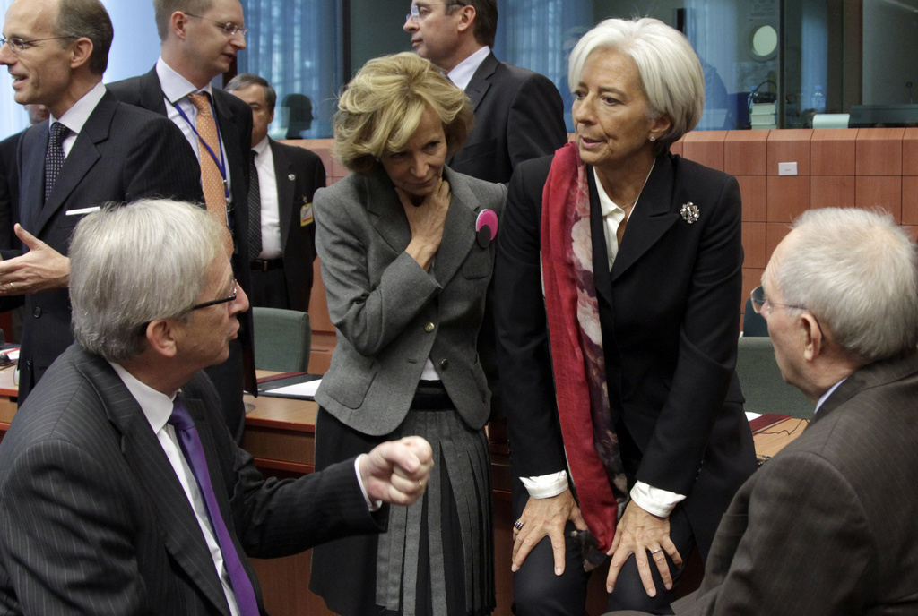 Christine Lagarde, directrice du FMI, en pleine discussion avec notamment Jean-Claude Juncker, chef de file des ministres des Finances de la zone euro.