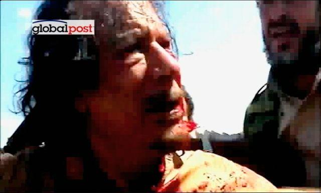 Les circonstances du décès de Mouammar Kadhafi demeurent troubles alors que des images l'ont montré vivant lors de sa capture. [Reuters]
