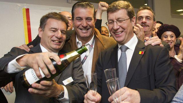 Mauro Poggia (à droite) fête son élection avec Roger Golay, (à gauche), vice-president du MCG, et Eric Stauffer (centre), président du parti. [Salvatore Di Nolfi - Keystone]