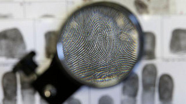 La police utilise les empreintes digitales dans ses enquêtes depuis le milieu du 19e siècle.
