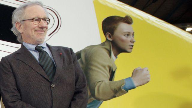 Steven Spielberg pose devant le train spécial Thalys aux couleurs de Tintin pour la première de son film à Paris, le 22 octobre 2011. [Thomas Samson. - AFP]