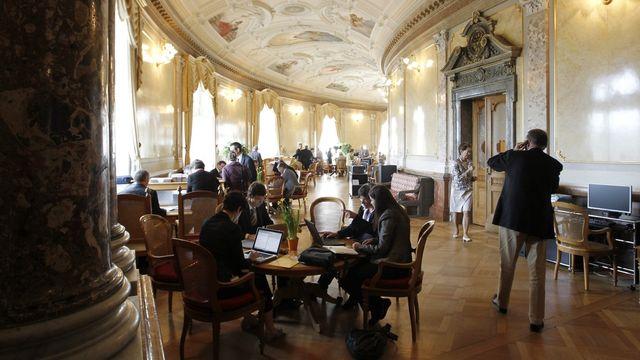 Durant les sessions parlementaires, les lobbyistes qui bénéficient d'une carte d'accès côtoient les élus dans la salle des pas perdus. [Peter Klaunzer - Keystone]