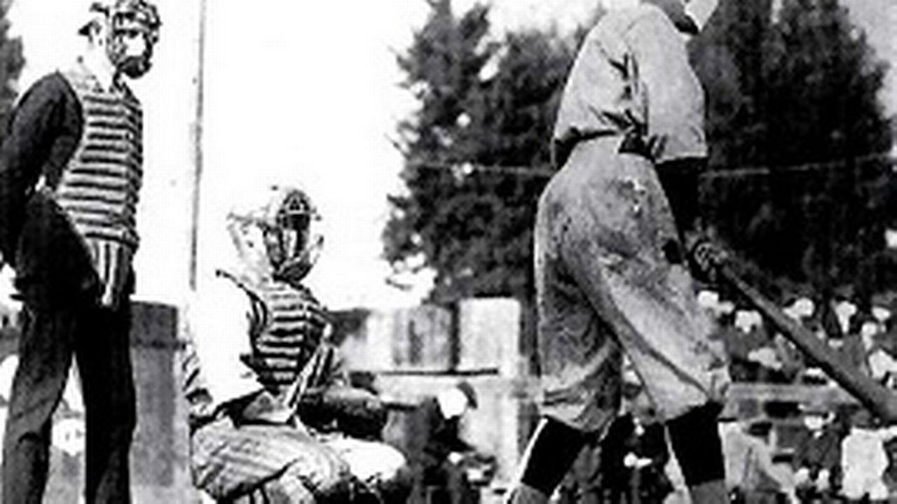 Malgré les très nombreux décès, la vie continue, comme le prouve cette image sur laquelle des joueurs de base ball pratiquent leur sport avec un masque sur la bouche.
