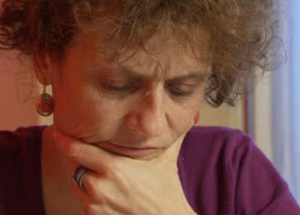 Valérie Fontaine, perplexe face au montant de sa facture téléphone. [RTS]
