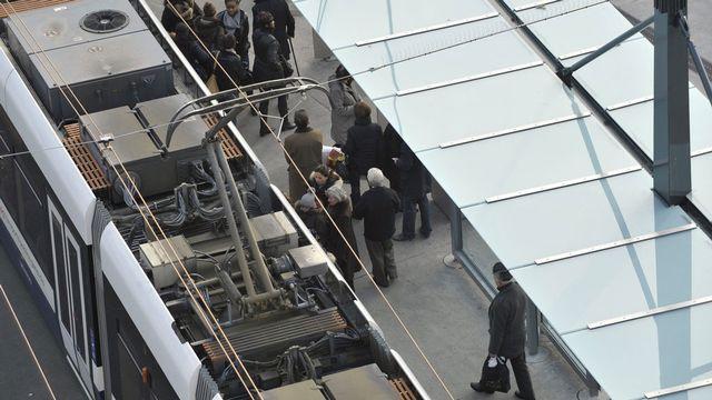 Le nouveau réseau des TPG est pointé du doigt, ici un tram sur la Place Bel-Air le 11 janvier 2012.  [Martial Trezzini - Keystone]