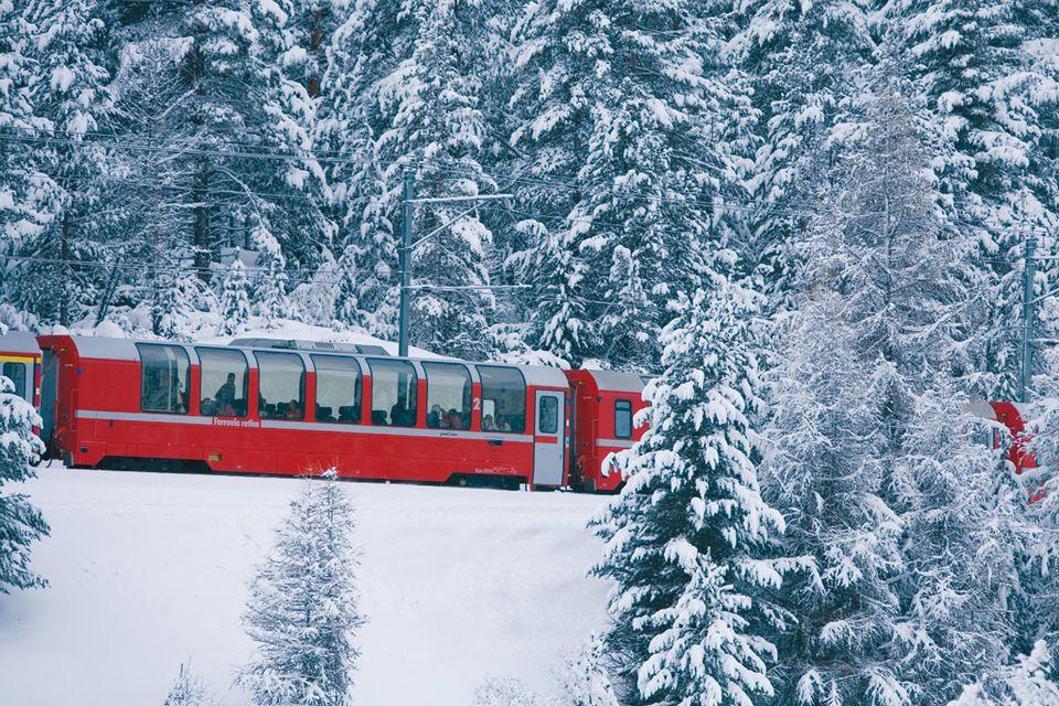 Qu'il vente ou qu'il neige, le train de la Bernina passe. [Andrea Badrutt, Chur - RTS/RhB]