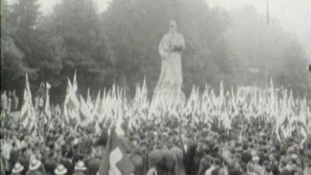 Le Fritz entouré de manifestants et de drapeaux jurassiens [TSR ]