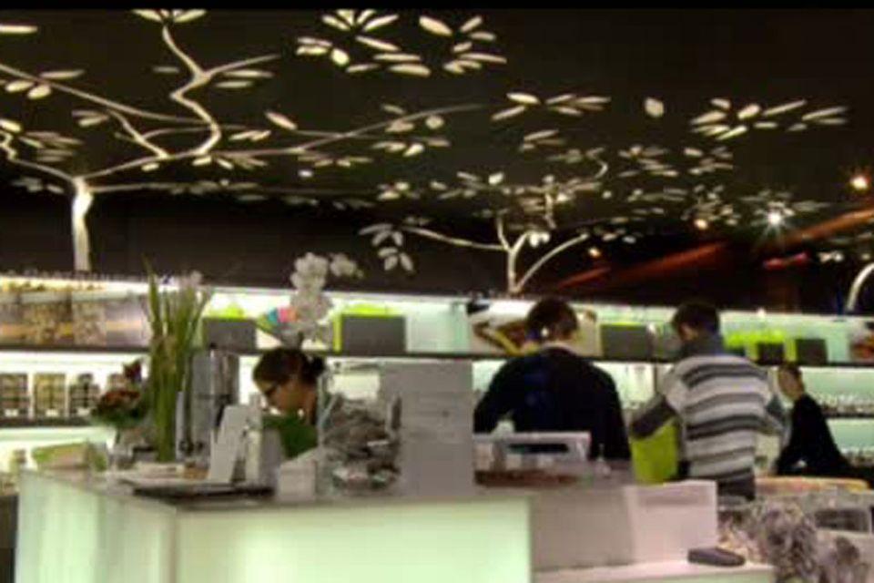 """Le concept store """"Un dimanche à Paris"""" de Pierre Cluizel. [RTS]"""