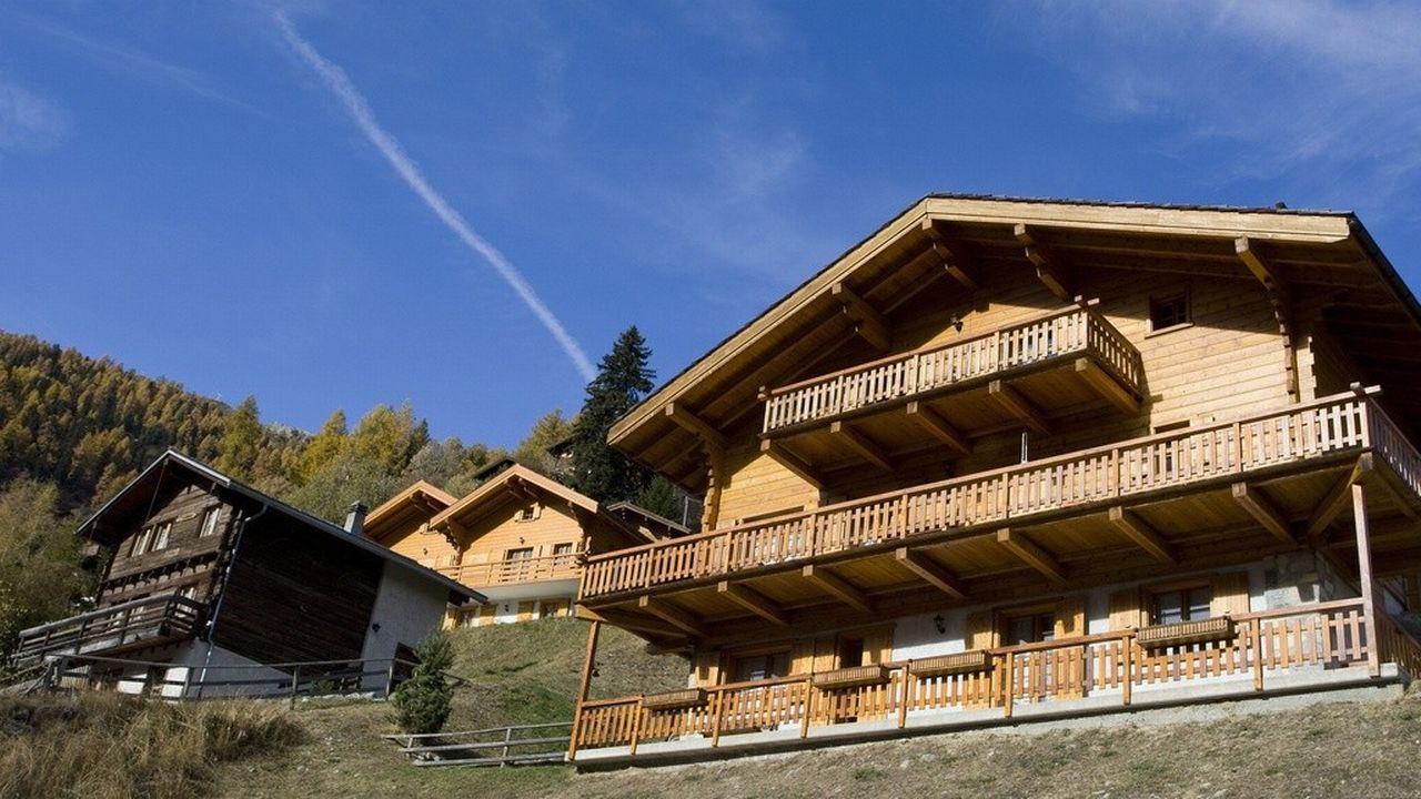 Les résidences secondaires génèrent d'importants revenus pour les communes de montagne. [Jean-Christophe Bott - Keystone]