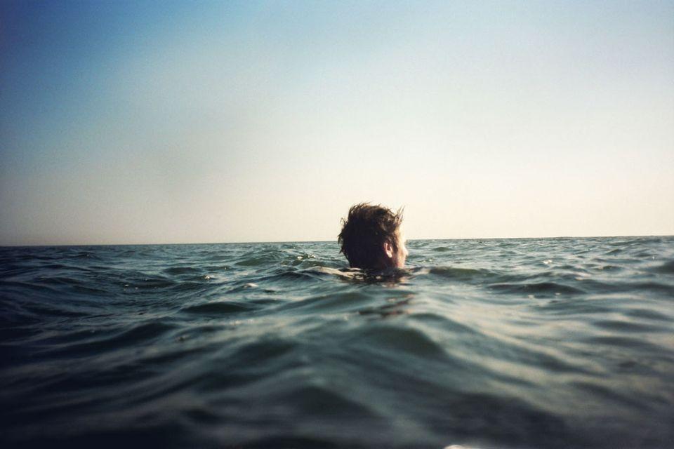 Festival Antigel: Ben Howard dans l'eau. Le chanteur et guitariste folk est au MàD (GE) le 6 février 2012. [DR]