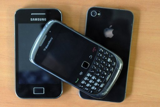 Un Blackberry, un Samsung et un iPhone