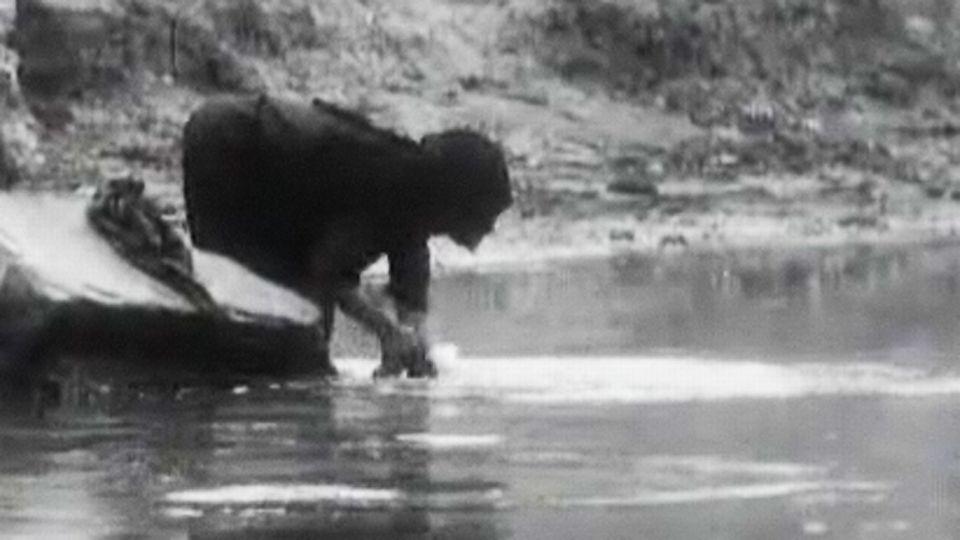 Une femme lave des vêtements au bord du Nil. [RTS]