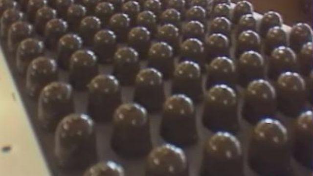 Chaîne de fabrication des Têtes au choco Perrier [TSR 1994]