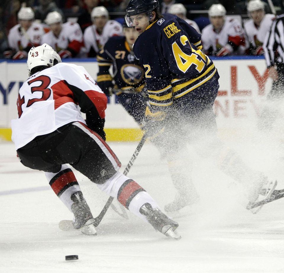Wick (en blanc) a brièvement goûté aux joies de la NHL à Ottawa. [David Duprey - Keystone]