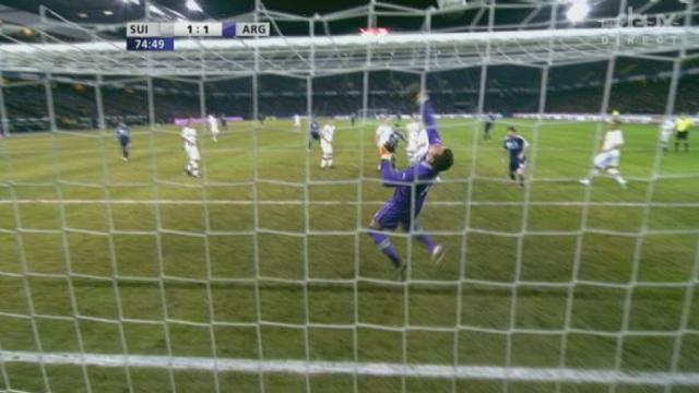 Match amical à Berne. 75e minute: Wölfli réussit un arrêt magnifique sur un envoi d'Aguëro