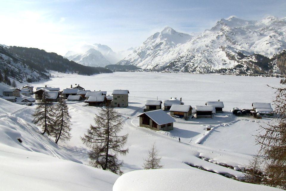 Le village d'Isola en Engadine n'est atteignable qu'à pieds ou à ski. [RTS]
