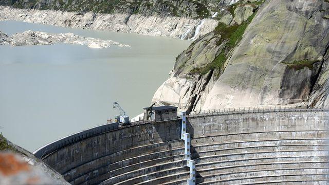 Le Conseil fédéral a accepé le projet de rehaussement de 23 mètres du barrage du Grimsel. [Peter Schneider]