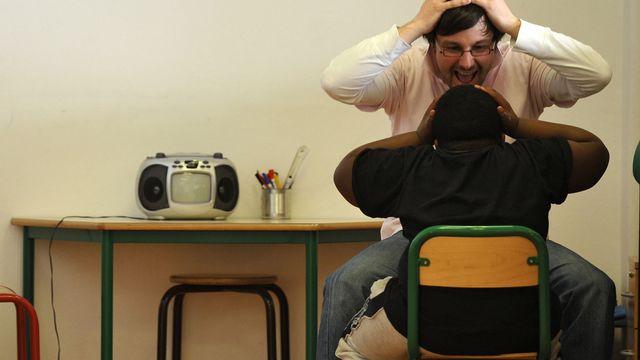 Un psychomotricien travaille avec un enfant autiste. [FRANCK FIFE - AFP]