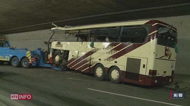Accident de car à Sierre (VS): un autocar venant du Val d'Anniviers a percuté de plein fouet le mur d'un tunnel sur l'autoroute