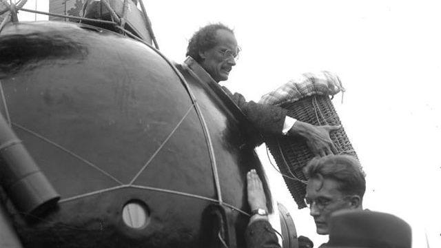 Auguste Piccard prépare son départ en ballon, en 1932. [Wikipedia Commons: DeutschesBundesarchiv]