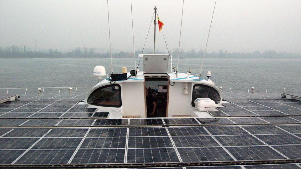 Les panneaux solaires occupent la surface du pont supérieur. [Roland Tillmanns - RTS]