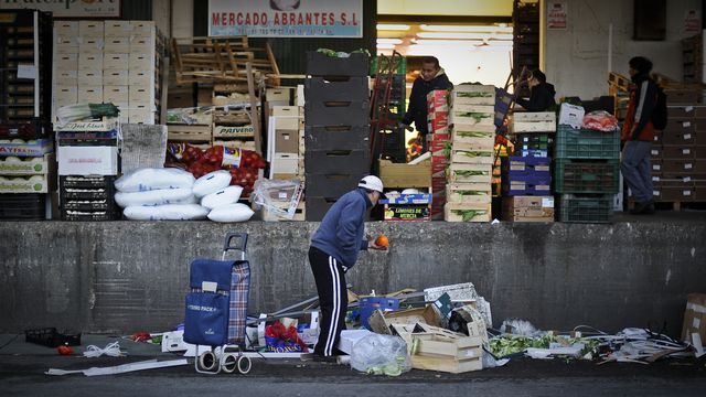 De plus en plus d'Espagnols doivent se procurer les denrées de base dans la rue. En 2010, 20,7% des habitants vivaient sous le seuil de pauvreté (correspondant à des revenus en-dessous de 60% du revenu médian) et 9,8% souffraient de grande pauvreté (moins de 40% du revenu médian). (source: Eurostat) [Pedro Armestre - AFP]
