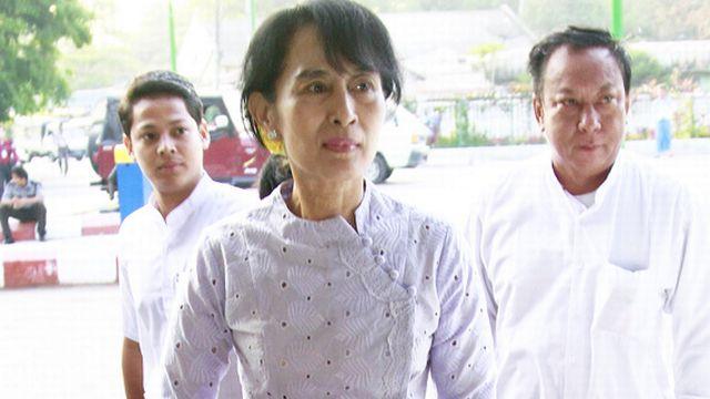 Le statut de veuve d'un Britannique et de mère de 2 enfants britanniques empêche pour l'heure Suu Kyi d'accéder au pouvoir. [Khin Maung Win - Keystone]