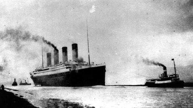 Pour quitter son port d'attache, le paquebot a dû être tracté par cinq remorqueurs. [AP - Keystone]
