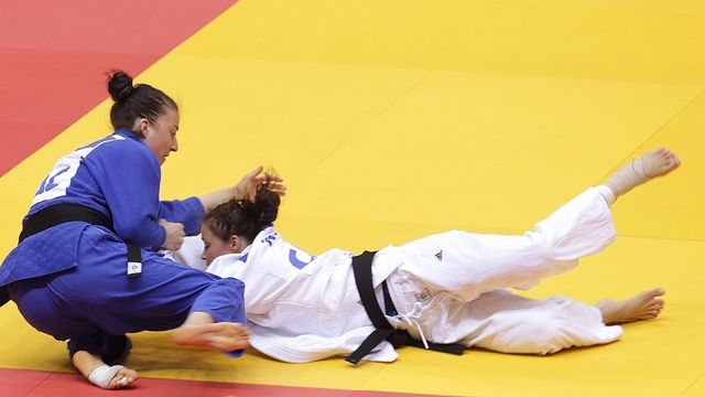 Juliane Robra met à terre Linda Bolder (NED) est s'adjuge ainsi la médaille de bronze des championnats d'Europe. [MAXIM SHIPENKOV - Keystone]