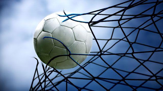 Le monde du foot sous la loupe. [Val Thoermer - Fotolia]