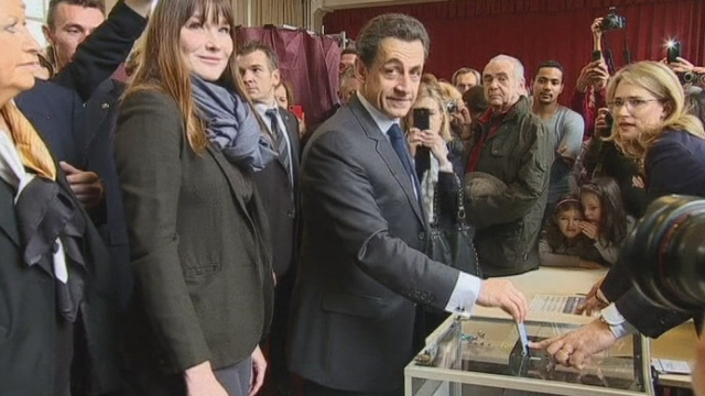 Séquences choisies - Les politiques dans les bureaux de vote dimanche