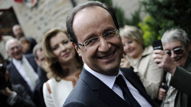 FRANCE, Tulle : Socialist Party (PS) candidate for the 2012 French presidential election, Francois Hollande smiles during a visit in a village in the neighbourhoods of Tulle, southwestern France on May 6 during the second round of the election. AFP PHOTO FRED DUFOUR  [Fred Dufour - AFP]