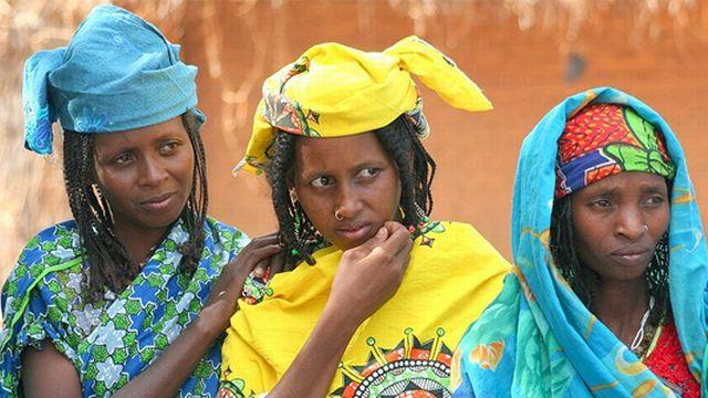 Trois femmes Peuls. Selon le langage utilisé, ce groupe ethnique est aussi appelé Fula, Fulani, Fulbe, Fulaw. [Brice Blondel for HDPTCAR]