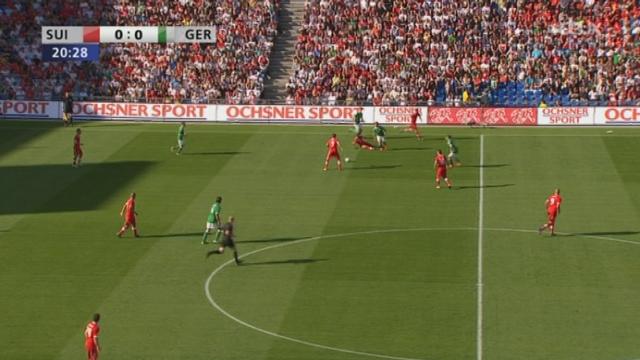 Match amical / Suisse-Allemagne (1-0) : Barnetta adresse une superbe passe à Derdiyok et c'est l'ouverture du score pour la Suisse !!!
